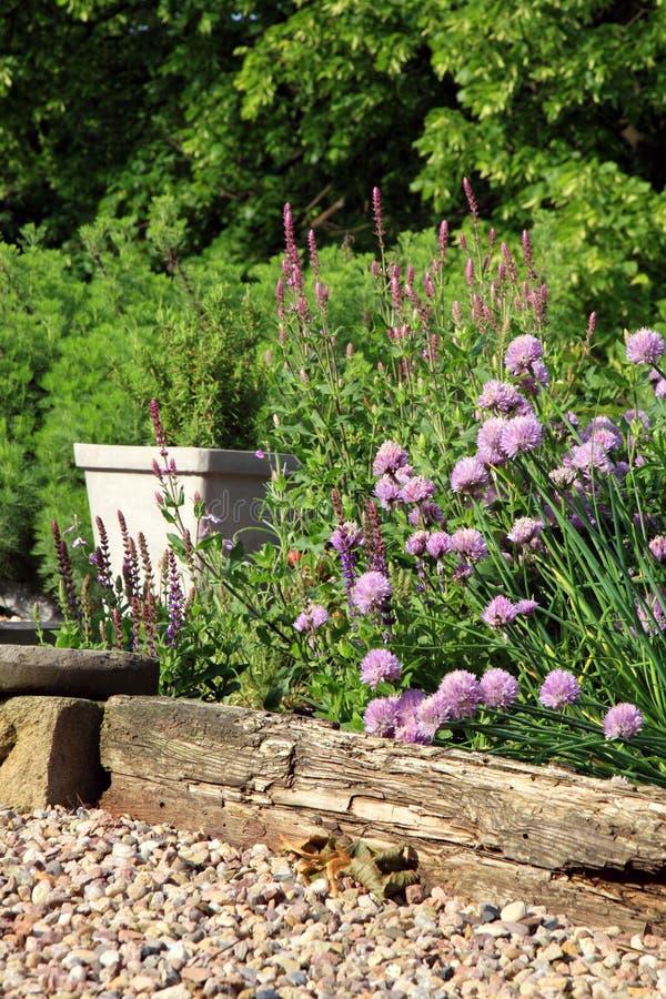 Jardin qui respecte l'environnement de pays image stock