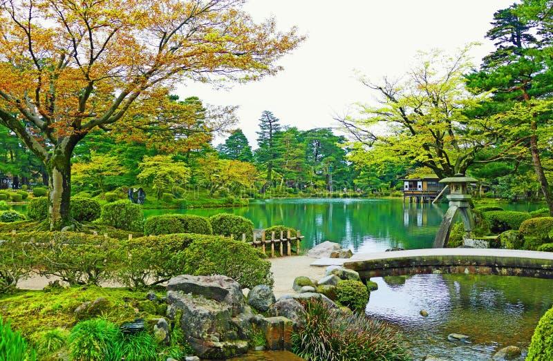 Jardin scénique de Kenrokuen à Kanazawa, Japon en été photographie stock libre de droits