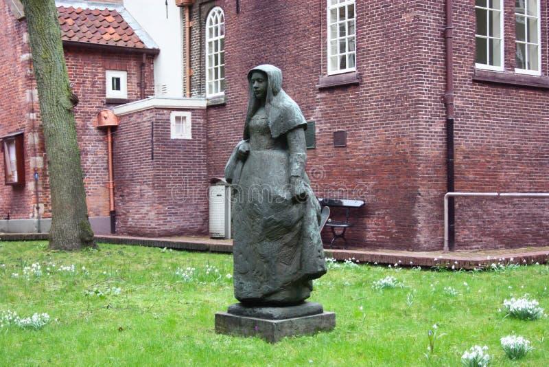 Jardin secret du beghine d'Amsterdam statue au milieu du vert dans le voisinage réservé et silencieux habité par photo stock