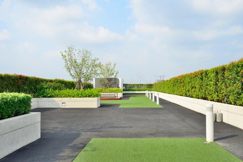 Jardin sur le dessus de toit images stock