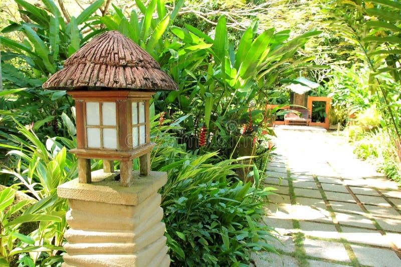 Jardin tropical avec la lampe photographie stock