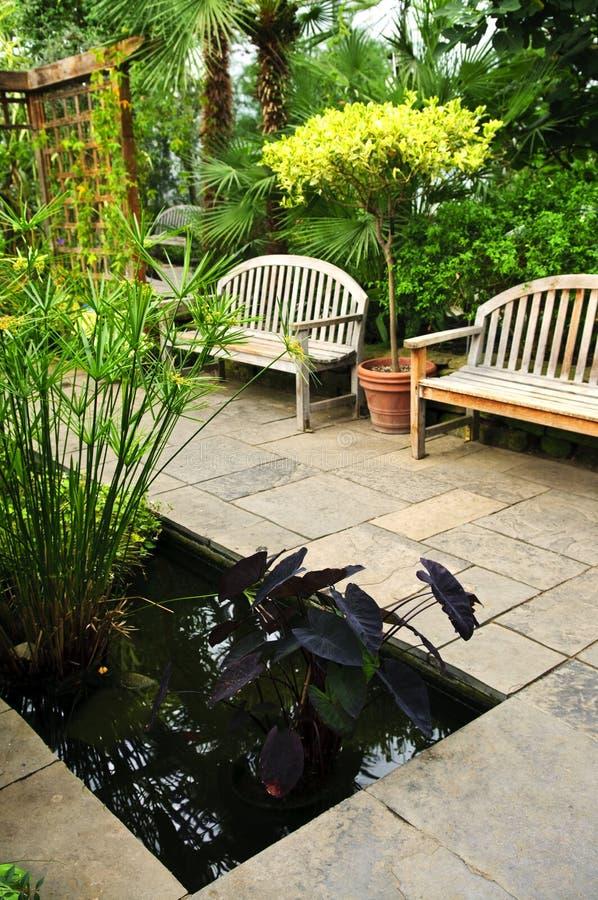 Jardin vert abondant photos stock