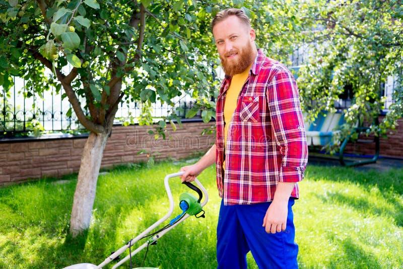 Jardinage de jeune homme photo stock