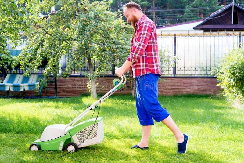 Jardinage de jeune homme images stock