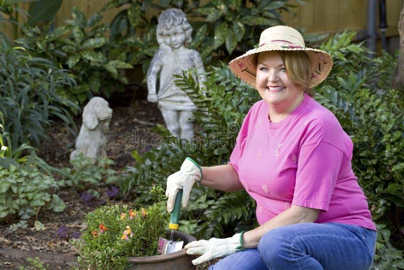 Jardinage mûr de femme. photo stock