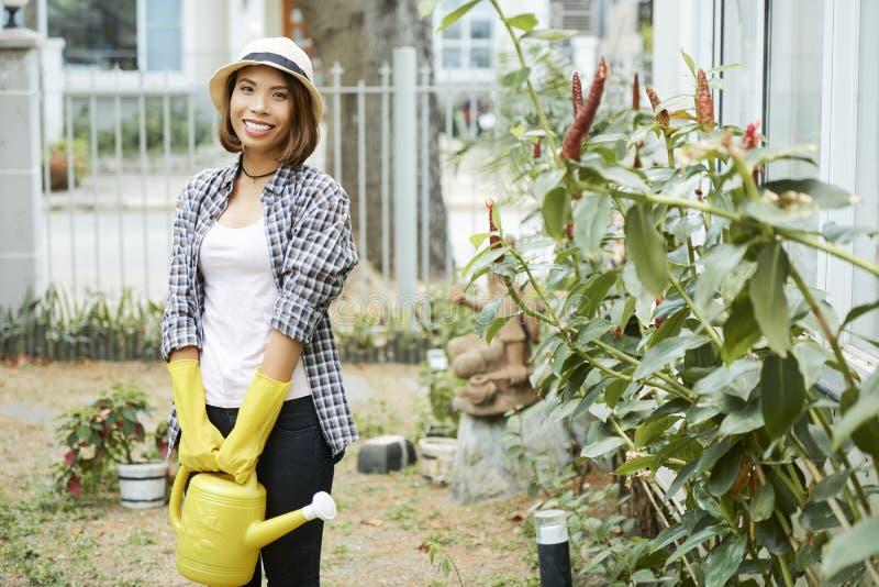 Jardinagem alegre da jovem mulher imagens de stock royalty free