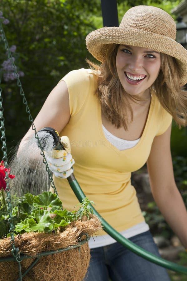 Jardinagem bonita da mulher fotografia de stock