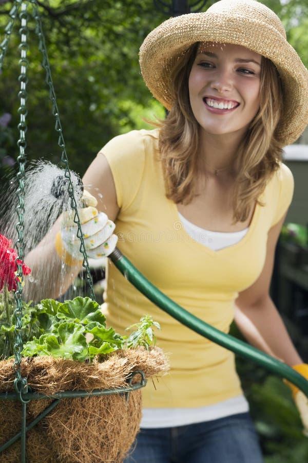 Jardinagem bonita da mulher fotos de stock royalty free