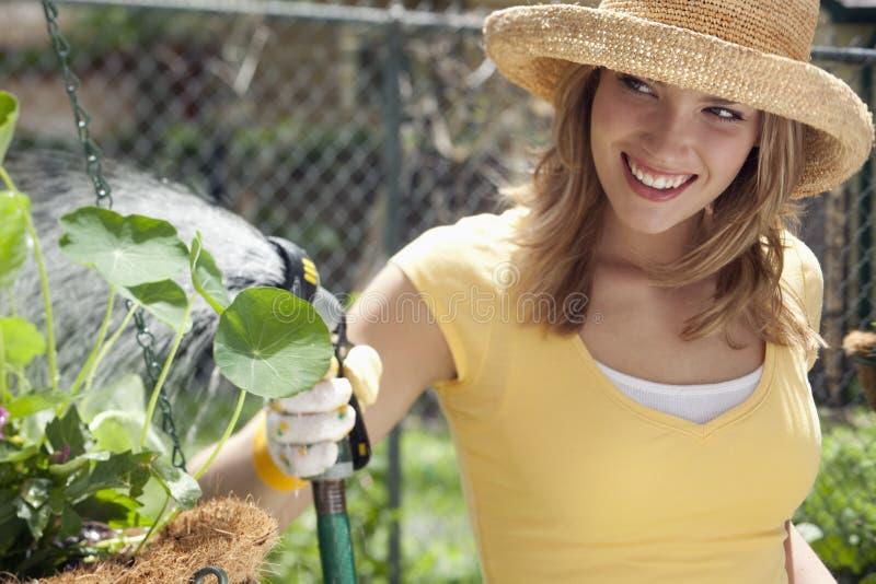 Jardinagem bonita da mulher fotos de stock