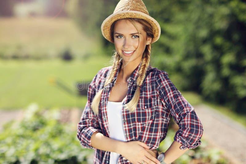 Jardinagem bonita da mulher foto de stock royalty free
