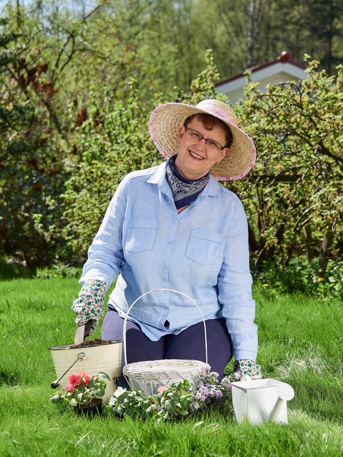 Jardinagem da mulher fotografia de stock