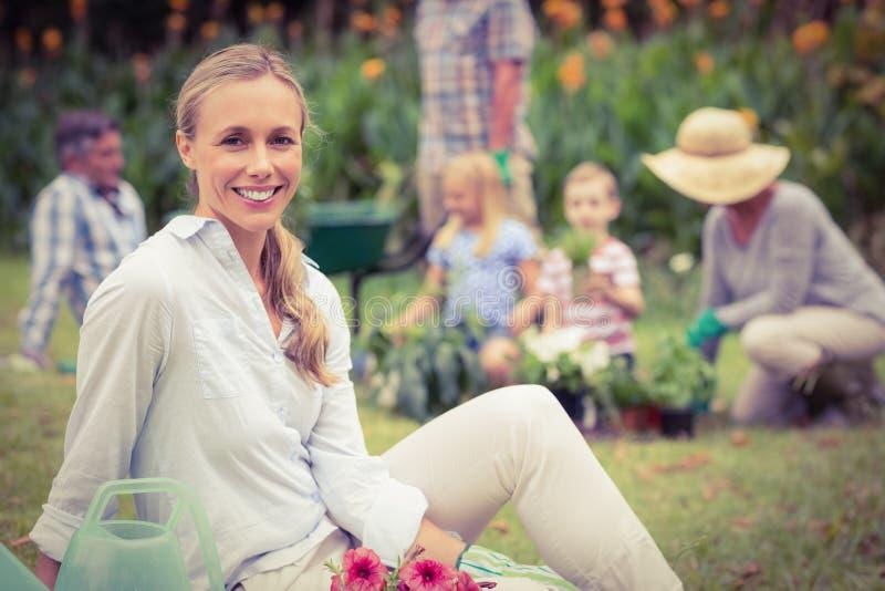 Jardinagem feliz da família fotografia de stock