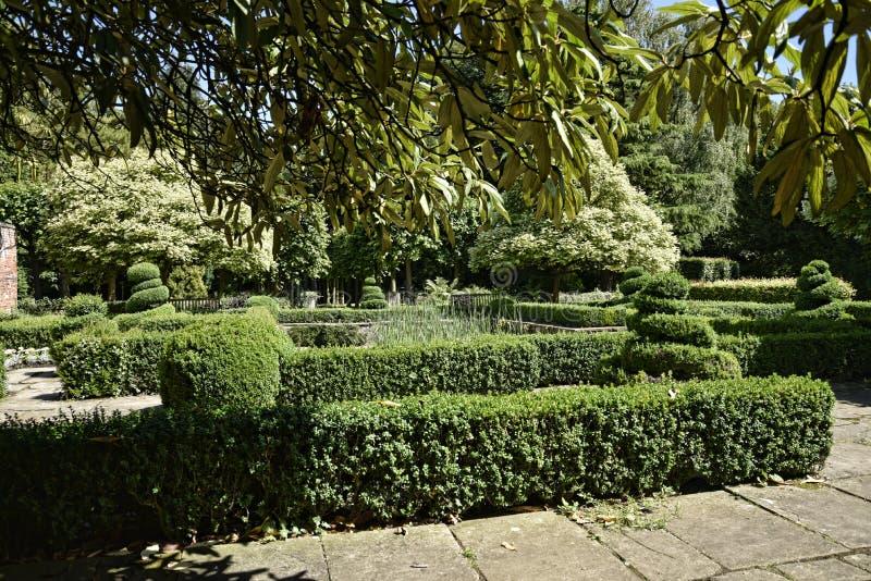 Jardine na casa de campo bonita perto de Leeds para o oeste - yorkshire que não é confiança nacional fotografia de stock