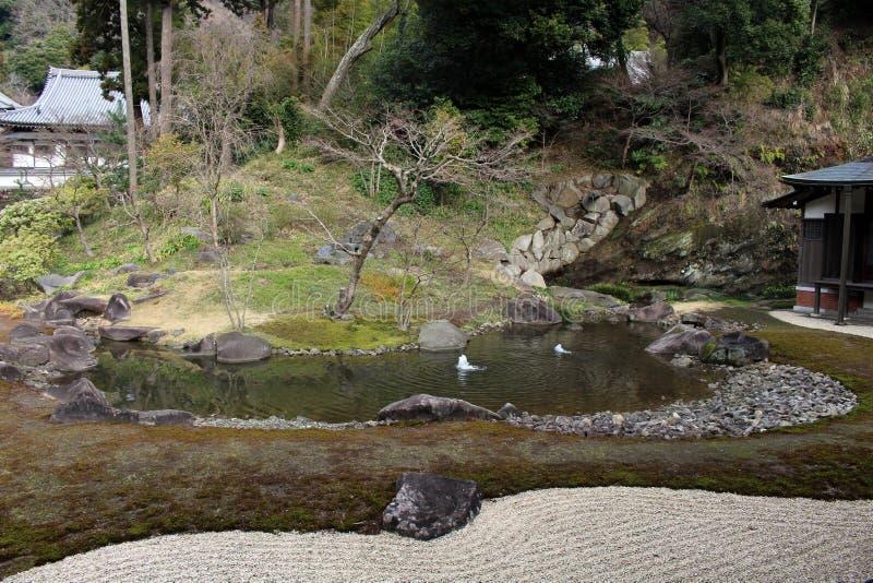 Jardine no complexo do ` do templo do zen de Engakuji do ` Um de cinco grande Zen Temples Gozan fotos de stock