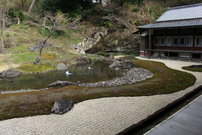 Jardine no complexo do ` do templo do zen de Engakuji do ` Um de cinco grande Zen Temples Gozan imagens de stock royalty free