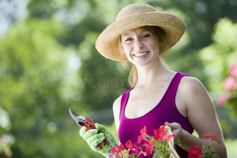 Jardineiro bonito de sorriso da mulher foto de stock royalty free