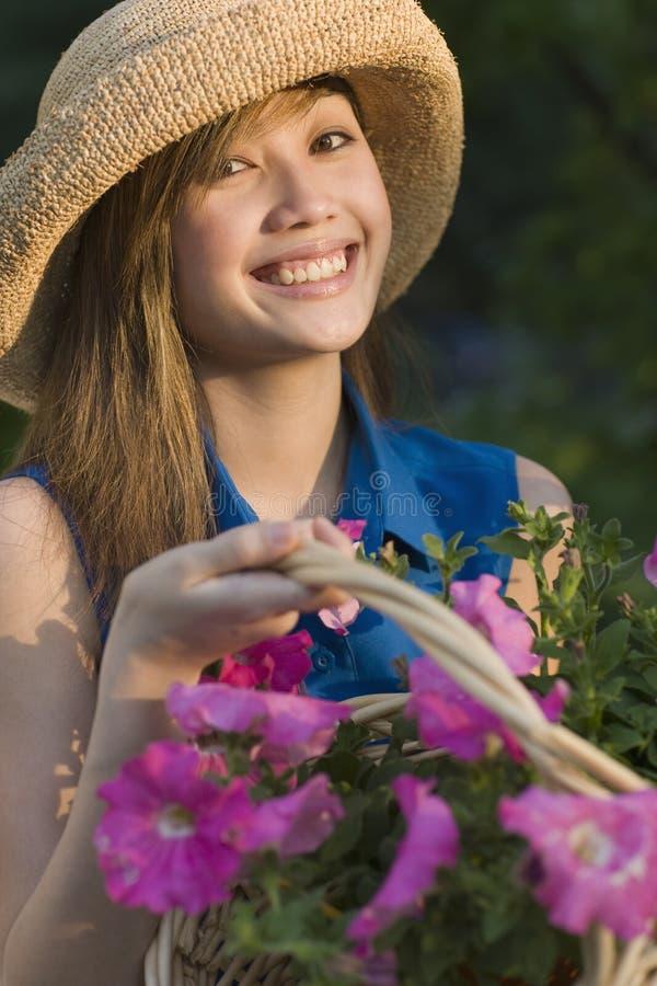 Jardineiro bonito de sorriso da mulher imagens de stock