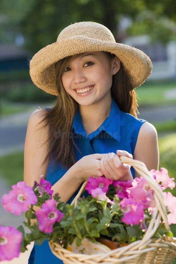 Jardineiro bonito de sorriso da mulher fotografia de stock royalty free
