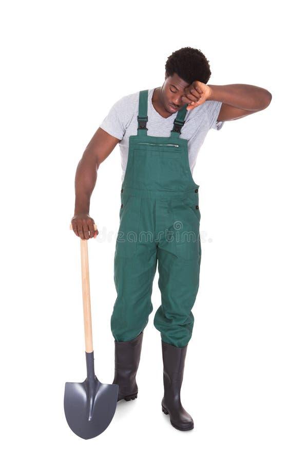 Jardineiro cansado With Shovel imagem de stock