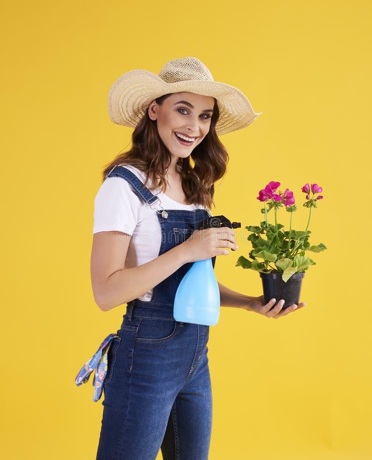 Jardineiro de sorriso que protege suas plantas foto de stock royalty free