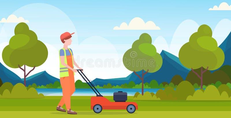Jardineiro do homem na grama de corte uniforme com fundo bonito de jardinagem da paisagem das montanhas do rio do conceito do cor ilustração stock