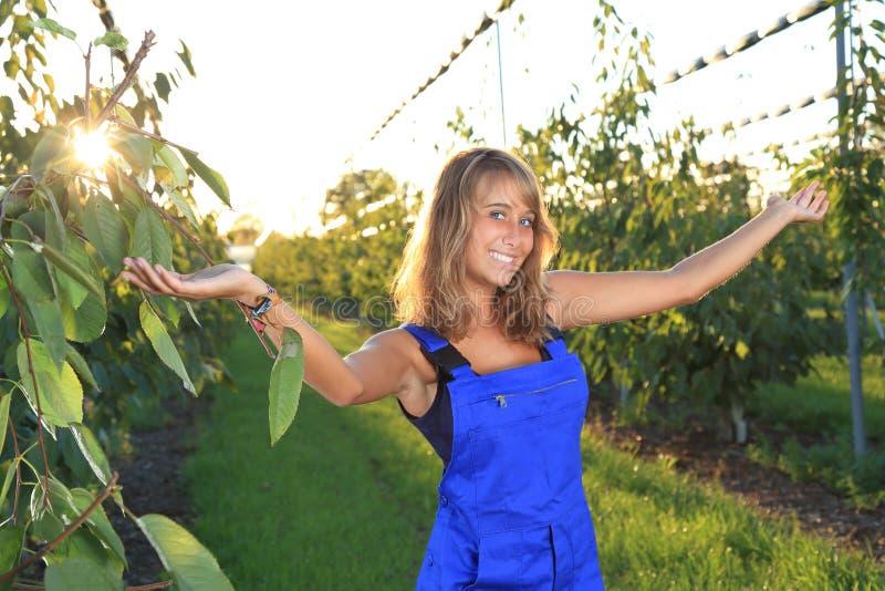 Jardineiro fêmea com armes outstreched em uma estufa fotos de stock royalty free