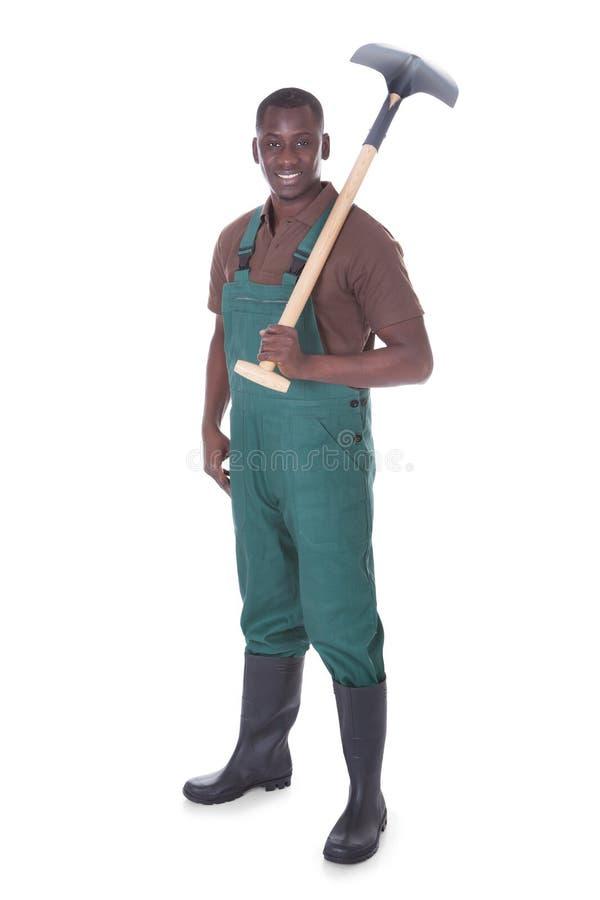 Jardineiro masculino com pá imagem de stock