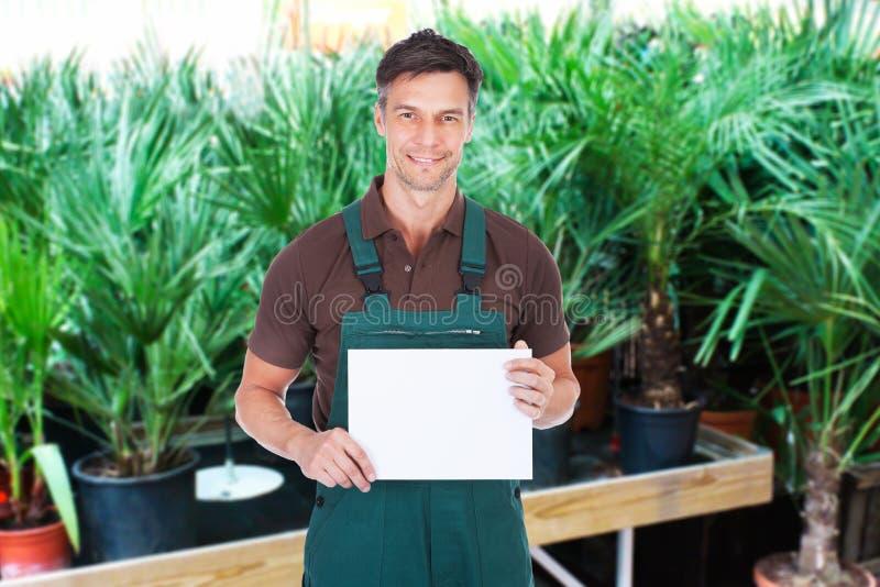Jardineiro masculino que guarda o cartaz foto de stock royalty free