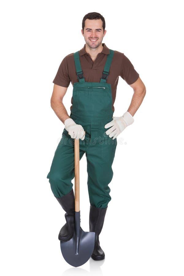 Jardineiro novo feliz nos dungarees fotografia de stock