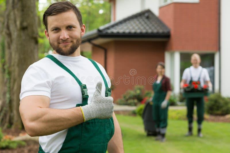 Jardineiro orgulhoso que sorri com o polegar acima imagem de stock