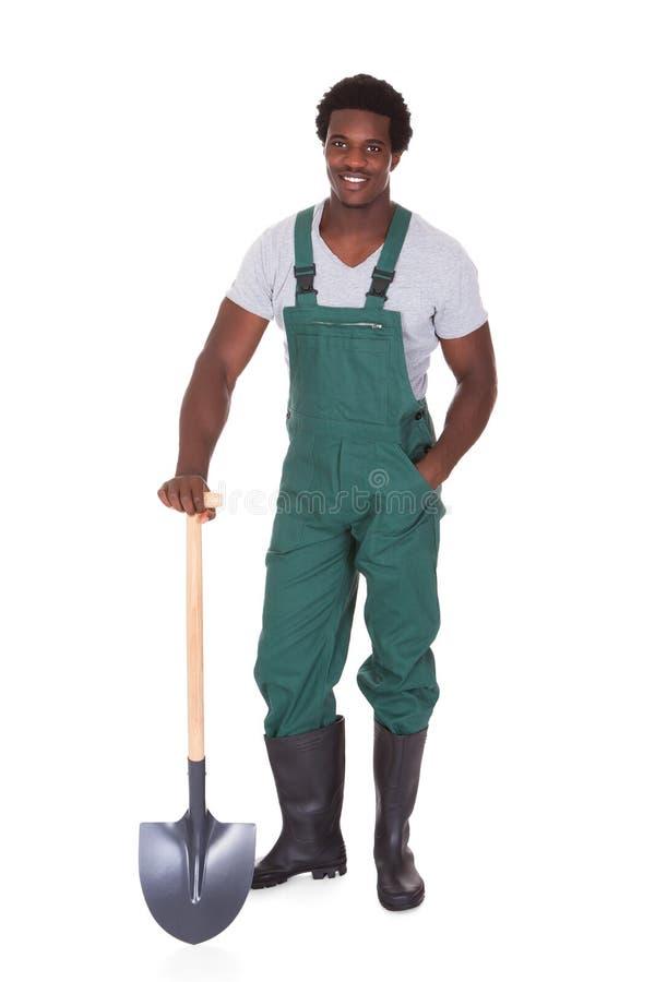 Jardineiro que guarda a pá imagens de stock