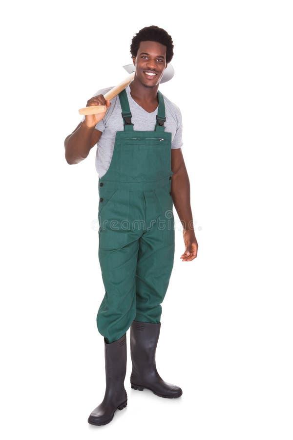 Jardineiro que guarda a pá fotografia de stock