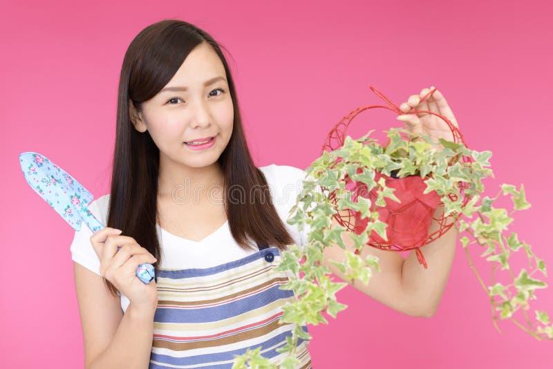 Jardinero asiático encantador fotos de archivo