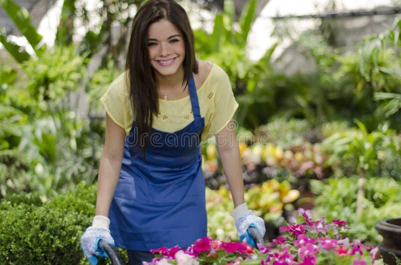 Jardinero bastante de sexo femenino en el trabajo foto de archivo