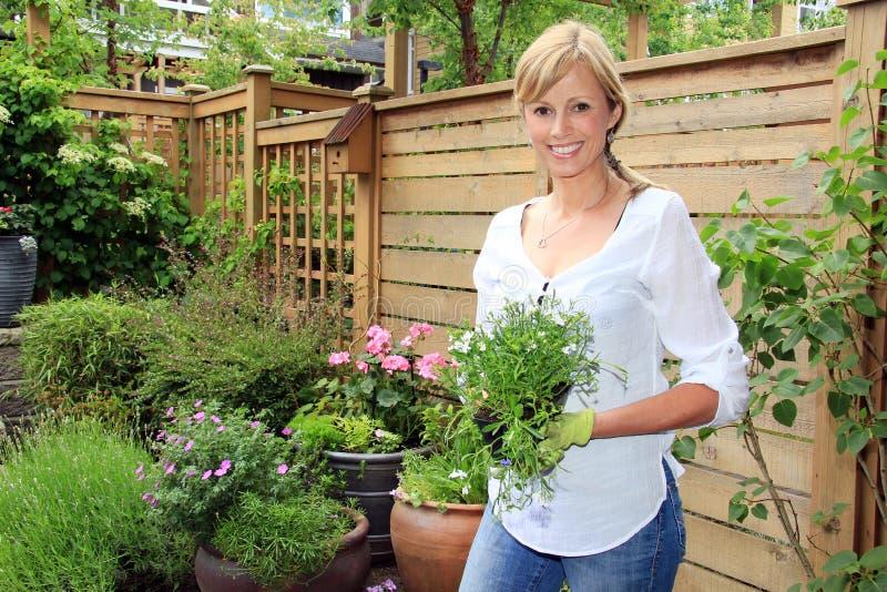 Jardinero de la señora en el jardín fotos de archivo libres de regalías