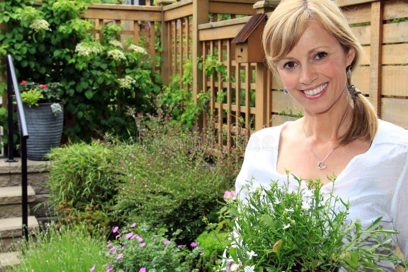 Jardinero de la señora en el jardín fotografía de archivo
