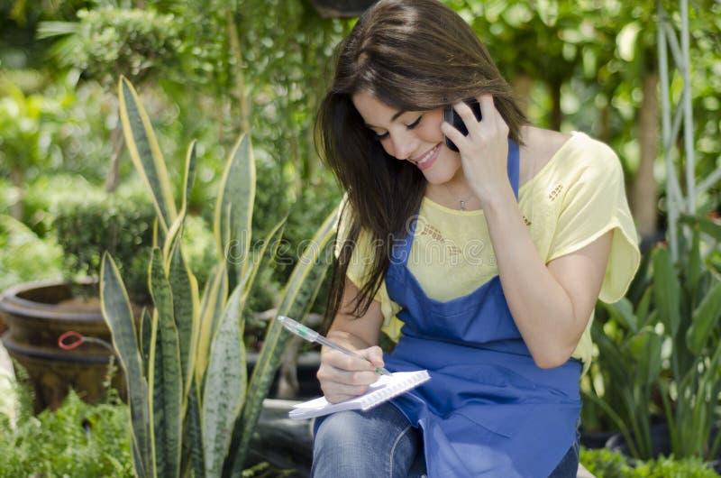 Jardinero de sexo femenino lindo en el trabajo fotografía de archivo libre de regalías