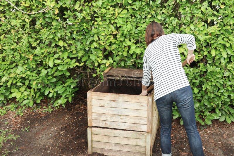 Jardinero de sexo femenino que abona la basura orgánica fotografía de archivo libre de regalías