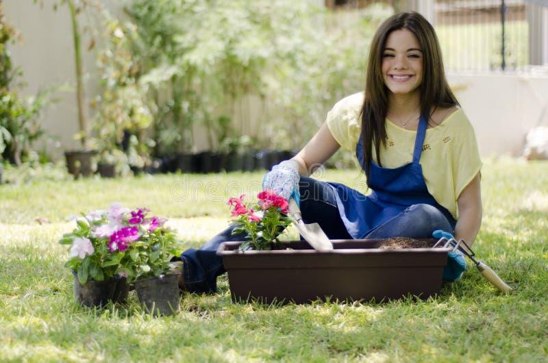 Jardinero de sexo femenino que ama su trabajo fotos de archivo