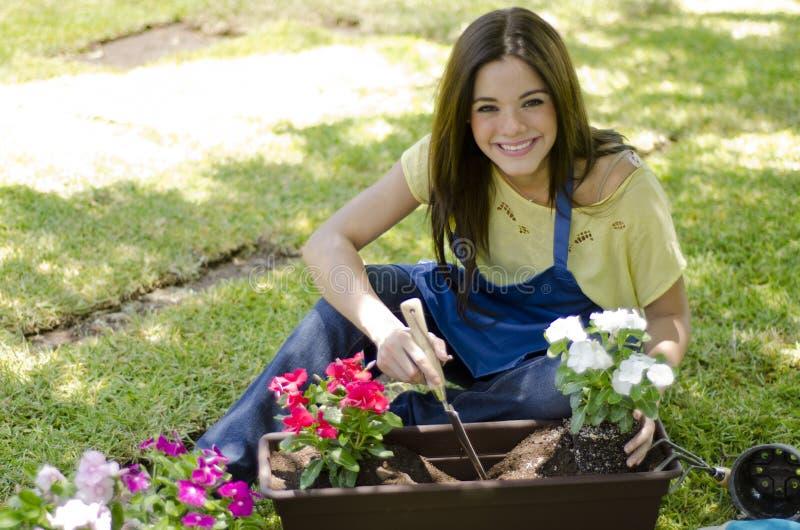 Jardinero de sexo femenino que ama su trabajo fotos de archivo libres de regalías