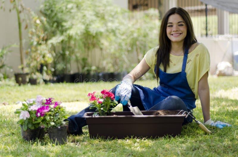 Jardinero de sexo femenino que hace alguno trabajo imagen de archivo libre de regalías