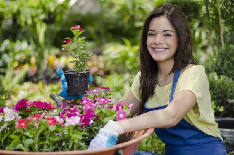 Jardinero feliz que ama su trabajo imagen de archivo