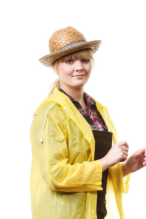 Jardinero sonriente feliz en sombrero e impermeable del sol foto de archivo libre de regalías