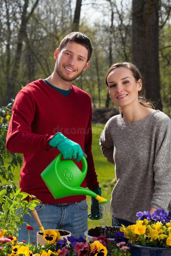 Jardineros en el trabajo imagenes de archivo