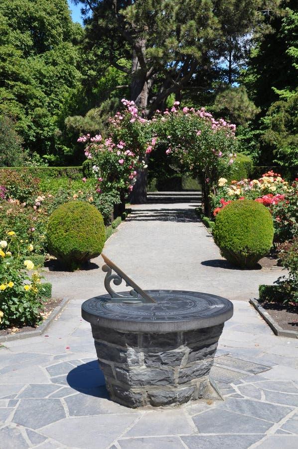 Jardines botánicos reloj de sol y rosas de Christchurch imagenes de archivo