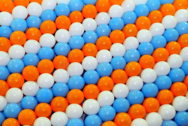 Jardines de globos de color naranja, azul y blanco imagen de archivo libre de regalías
