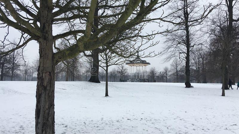 Jardines de Kensington del estrado de la orquesta en la nieve fotografía de archivo