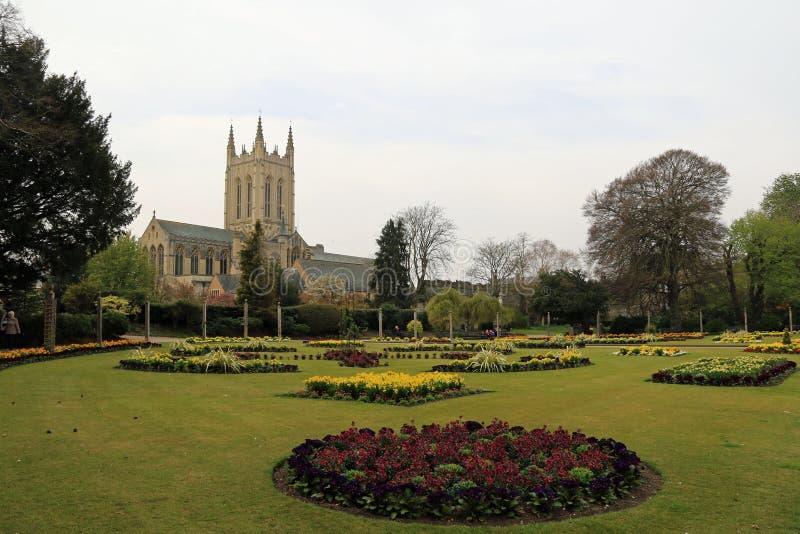 Jardines de la abadía de la catedral y de la primavera del St Edmundsbury imagenes de archivo