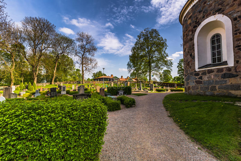 Jardines de la iglesia en Gamla Uppsala, Suecia fotografía de archivo