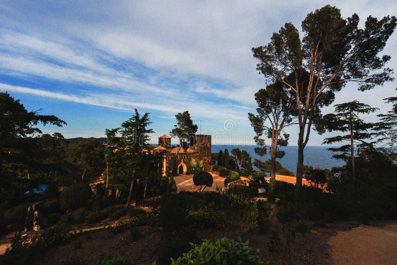 Jardines de Tampão Equipamento, Espanha, em maio de 2016: Castelo histórico da casa de campo do coronel do russo no território do imagens de stock